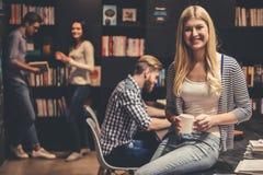Les jeunes dans la bibliothèque Image libre de droits