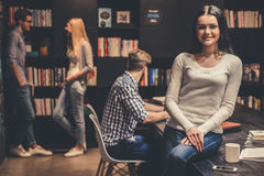 Les jeunes dans la bibliothèque Photos libres de droits