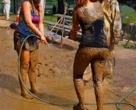 Les jeunes dans la boue Photographie stock
