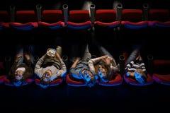 Les jeunes dans la salle de cinéma Photographie stock libre de droits