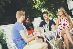 Les jeunes dans le café à l'été Photo libre de droits