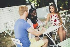 Les jeunes dans le café à l'été Photographie stock libre de droits