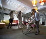 Les jeunes dans le café Image libre de droits