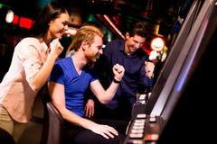 Les jeunes dans le casino photographie stock libre de droits
