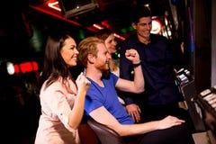 Les jeunes dans le casino Images libres de droits