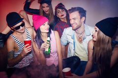 Les jeunes dans le club foncé fumeux Photos libres de droits