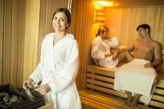 Les jeunes dans le sauna Images stock