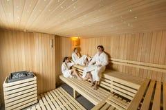 Les jeunes dans le sauna Image libre de droits