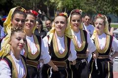 Les jeunes dans le vêtement ethnique traditionnel Image libre de droits