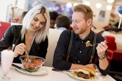 Les jeunes dans le wagon-restaurant Images stock