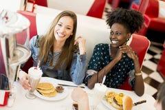 Les jeunes dans le wagon-restaurant photographie stock libre de droits