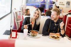 Les jeunes dans le wagon-restaurant Photos stock