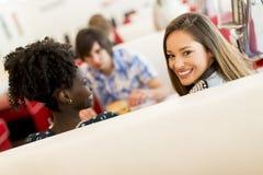 Les jeunes dans le wagon-restaurant Photos libres de droits