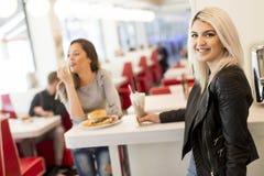 Les jeunes dans le wagon-restaurant Photo libre de droits
