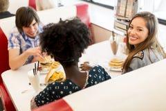 Les jeunes dans le wagon-restaurant Images libres de droits