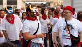 Les jeunes dans les masques ayant l'amusement chez de San Fermin Images libres de droits