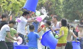 Les jeunes dans un combat de l'eau Image libre de droits