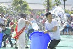 Les jeunes dans un combat de l'eau Photos stock