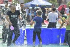Les jeunes dans un combat de l'eau Photos libres de droits