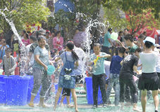 Les jeunes dans un combat de l'eau Photo libre de droits