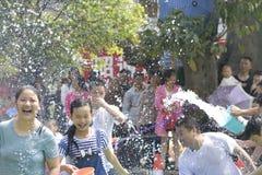Les jeunes dans un combat de l'eau Image stock