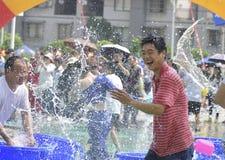 Les jeunes dans un combat de l'eau Images libres de droits