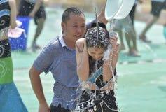 Les jeunes dans un combat de l'eau Images stock