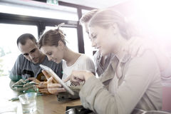 Les jeunes dans un snack-bar se sont reliés sur le wifi Image stock