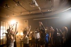 Les jeunes dansant dans le club Photographie stock