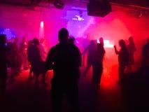 Les jeunes dansant dans le club Image libre de droits