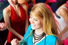 Les jeunes dansant dans le club ou la disco, les hommes et les femmes Photographie stock