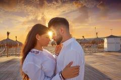 Les jeunes de couples dans l'amour étreignent sur la plage Photos stock