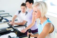 Les jeunes de forme physique sur la cardio- séance d'entraînement de tapis roulant Photo stock