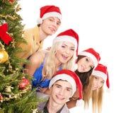 Les jeunes de groupe par l'arbre de Noël. Image libre de droits