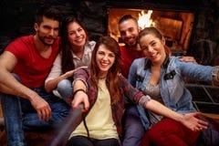 Les jeunes de sourire prenant le selfie avec le téléphone portable Photo stock