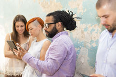 Les jeunes devant le mur grunge photos libres de droits