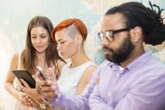 Les jeunes devant le mur grunge photographie stock libre de droits