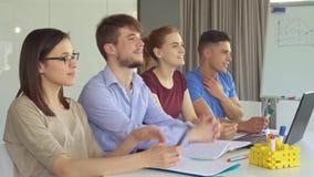 Les jeunes directeurs observent quelque chose ensemble au bureau