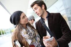 Les jeunes discutant devant l'université Photographie stock libre de droits