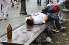 Les jeunes dormant dans la rue photos stock