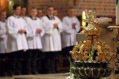 Les jeunes ecclésiastiques du séminaire pendant la masse Images stock