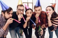 Les jeunes employés de la société célèbrent des vacances d'entreprise photos libres de droits