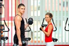 Les jeunes en gymnastique photos stock