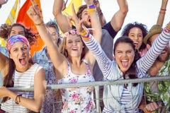 Les jeunes enthousiastes chantant le long Photos libres de droits
