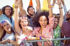 Les jeunes enthousiastes chantant le long Images stock