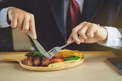 Les jeunes entreprises sont bifteck coupé en tranches de nervure, plateaux de porc stabilisent photo stock