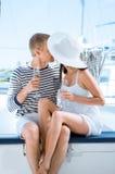 Les jeunes et beaux couples ont une partie sur un bateau à voile de luxe Photographie stock libre de droits