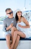 Les jeunes et beaux couples ont une partie sur un bateau de luxe Photographie stock libre de droits