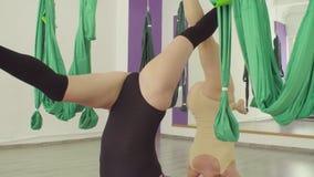 Les jeunes et d'une cinquantaine d'années femmes exécutent synchroniquement l'asana de yoga clips vidéos