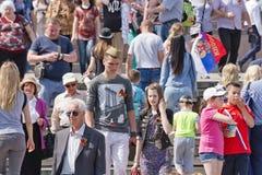 Les jeunes et des personnes plus âgées avec des rubans de St George dans l'hôte images libres de droits